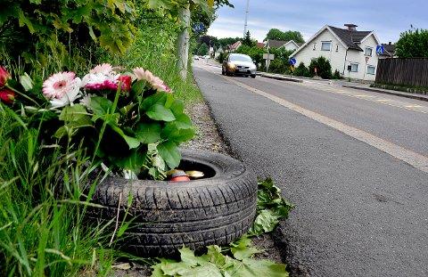 Venner og pårørende til den 33 år gamle mannen som omkom i singleulykken i Olav Haraldssons gate natt til søndag har i løpet av pinsedagene lagt ned blomster og lys der ulykken skjedde.