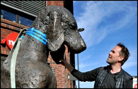Åpner atelieret: Petter Hepsø, som nå er bosatt og har atelier på Kråkerøy, er blant kunstnerne som deltar på Åpne atelier Østfold søndag. Her er han i forbindelse med avdukingen av hunden «Weltschmerz», som står i gågata.