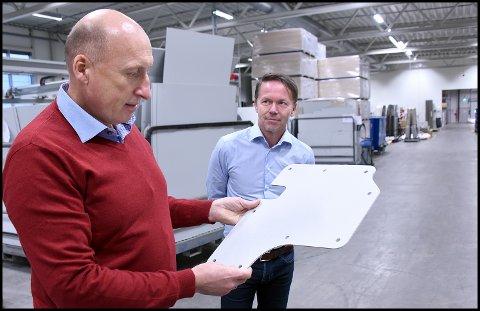 HAR UTVIDET: Loyds har  tatt i bruk to helt nye produksjonslinjer  i fabrikken på Kampenes. - Nå har vi muligheten til å doble produksjonen, uttalte Lasse Hansen (t.v.)  og Eirik Lier.