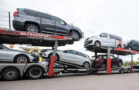 SELGES PÅ AUKSJON: Her kommer en ny ladning med biler som er hentet inn på grunn av manglende betaling. Stadssalg AS på Berger selger bilene på auksjon på vegne av banker og finansieringsselskap.