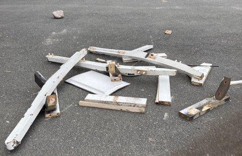 HÆRVERK: Vandaler har smadret både stoler og knust gjerder i Tindlund barnehage i løpet av påsken.