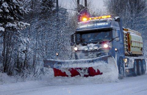 RØMSKOG-FIRMA: Slike biler sørger for at Marker-veiene er ryddet og strødd om vinteren.FOTO: Privat