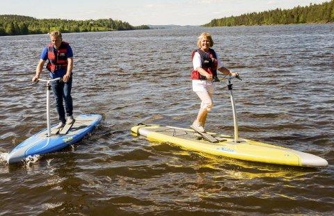PRØVETUR: Utviklingssjef Vidar Østenby og ordfører Kjersti Nythe Nilsen var prøvekaniner på de nye pedalbrettene. Begge syntes at brettene oppførte seg forbausende stødig i vannet.