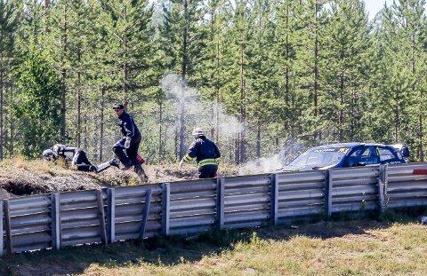 RULLER SEG UT: Petter Solberg hadde god kontroll på seier i semifinalen i VM-runden i rallycross, men så tok bilen plutselig fyr.