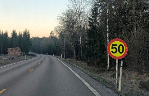 Den gule bakgrunnen på skiltet forteller at det er midlertidig.