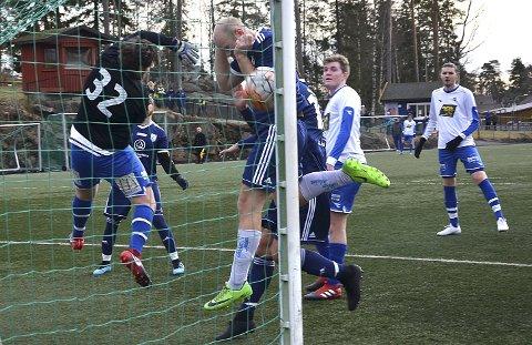 HISTORISK SCORING: Daniel Kåsa Antonsen scoret nyskapningen Askim fotballs første mål da han - med hjelp av hånden - sendte laget i føringen med 1-0 like før pause i kampen mot Sprint/Jeløy.
