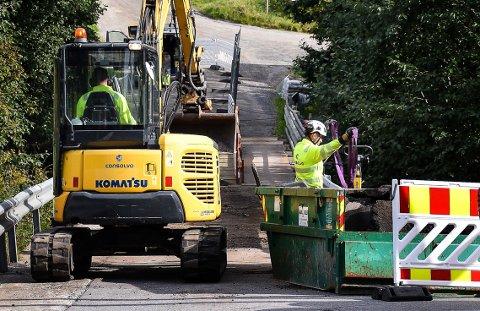 Fylkesveien er helt stengt ut måneden på grunn av brua som nå repareres.
