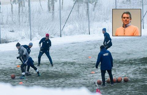 SER PÅ SAKEN: Daglig leder i Østfold Fotballkrets, Øyvind Strøm (innfeltet) forteller at kretsen ser på saken og vil komme med en konklusjon om et par dager.