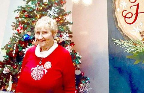 MERRY CHRISTMAS: Lillian Hulsey helsar til familien og barndomsveninnene i Sogn. (Foto: privat)