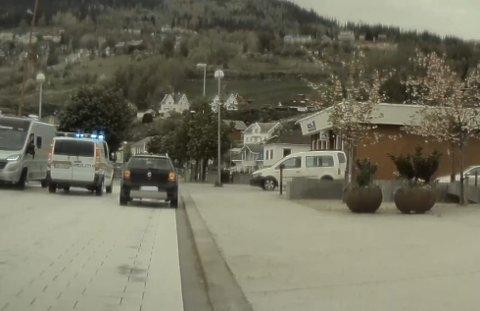 RYKTE UT: Politiet rykte tysdag ettermiddag ut etter tips om vinglete køyring. Her passerar politibilen Hermansverk.