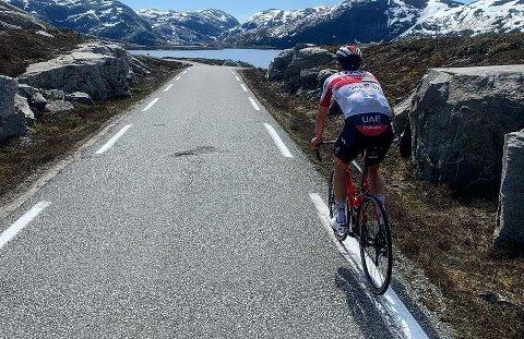 TRENINGSTUR: Alexander Kristoff fra Stavanger utforsker nye veier. Her går treningsturen over Lyngsheia. Foto: Privat