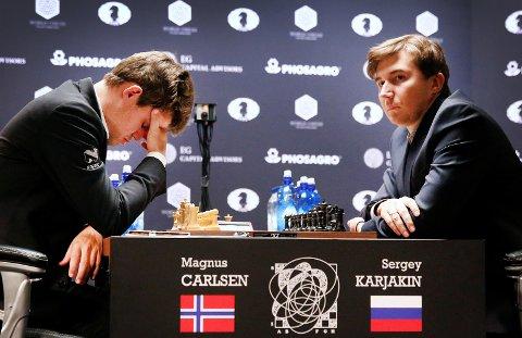 TRØBLER: Magnus Carlsen har ikke fått det til under VM-matchen mot russiske Sergey Karjakin. Natt til tirsdag kom det første tapet. Nå må nordmannen snu og vinne to partier, i tillegg til to remis, for å bli verdensmester igjen.FOTO: SCANPIX
