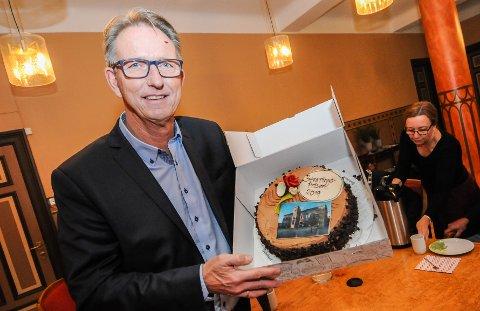 BEVARING: Haavard Skare mottok Skien kommunes restaureringspris på vegne av Bratsberg Gruppen tirsdag under en markering i Rådhuset.