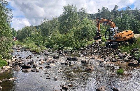 FJERNET VEIEN: Mandag rullet veibyggeren fra idrettslaget inn med gravemaskin og fjernet steiner i elva.