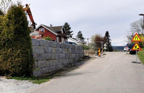 ULOVLIG: Det er denne muren man har satt opp uten godkjennelse.