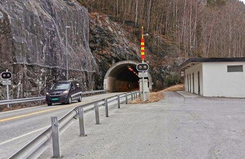 STILLE: Onsdag formiddag var det langt mellom bilene på Tinnsjøveien.  På samme tid ifjor var situasjonen en annen.