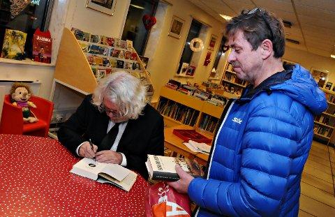 Bjørner Ørstad dro til USA etter på ha lest Edvard Hoems bøker. Torsdag fikk Ørstad signert sine bøker fra forfatteren.