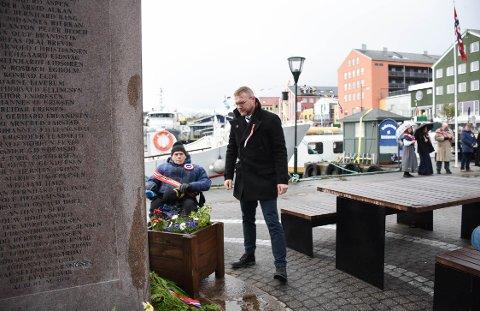 Formann i Kristiansund skipperforening, Sondre Sandbye, talte og la ned krans ved minnesmerke over falne sjømenn på Piren i Kristiansund. I bakgrunnen ser vi John Kuløy.