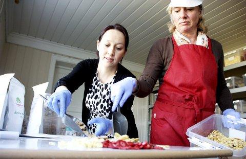 MAN SKAL FÅ VELGE SELV: Ingrediensene er mange og valgmulighetene store når Sophie M. Emmert og Inken Norberg, bak «Muesli4me», lager blandinger på bestilling. – Poenget er å lage müsli akkurat som kunden vil ha den, sier de.