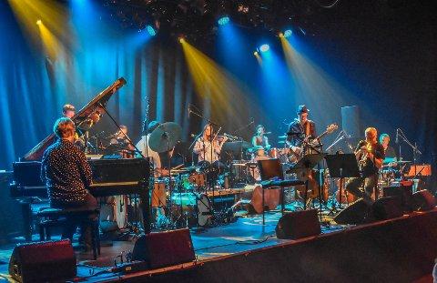 FULLSATT: Jubileumskonserten «40 års feber» spesialkomponert av Terje Johannesen (trompet) ble levert med full besetning fra scenen, og publikum fylte hele Støperiet i feiringen.