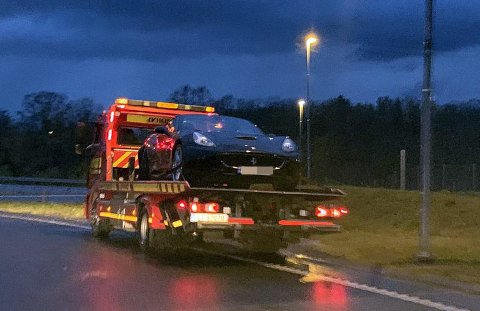 FRAKTET VEKK: Her fraktes Ferrarien vekk av bergingsbil etter hendelsen.