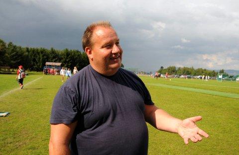PÅ BANEN: Olav Sannes Vika er ikke ukjent med verken fotball eller fotballbaner. Her avfotograferte vi ham på Norway Cup for ti år siden da han bidro til at Husøys jenter 13 tok bronse i storturneringen.