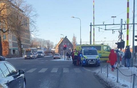 Politiet og ambulansetjenesten sperret begge kjørefeltene i retning Kilen.