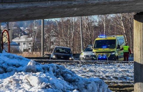 I BETONGEN: Sjåføren av den svarte Toyota Yaris-en havnet i betongkanten.