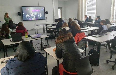 AVBREKK: Ifølge rektor på Vestre Toten ungdomsskole, Hanne Marken, var elevene veldig glade for opplevelsen og avbrekket selv om de gjerne skulle vært i samme rom som artisten.