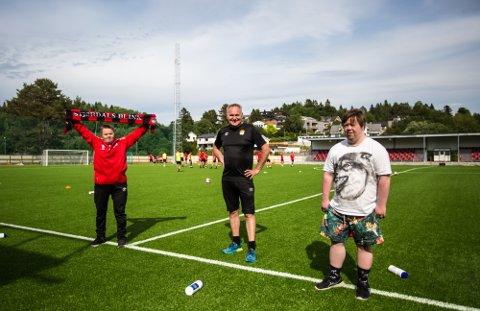 IVRIGE: Både Lars Meland (t.v) og Joachim Dybsland Raaen (t.h) er ivrige supportere av Stjørdals-Blink. I midten, avtroppende Blink-trener Roar Vikvang.
