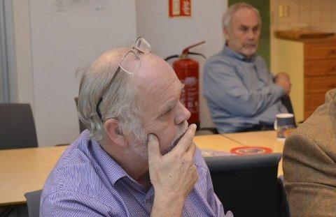Gode kollegaer: Enhetsleder Svein Olav Dales habilitet i forhold til Åstø-utbyggingen, der kontornabo Asbjørn Aanonsen (i bakgrunnen) er tiltakshaver, er nå vurdert to ganger. Foto: Olav Loftesnes