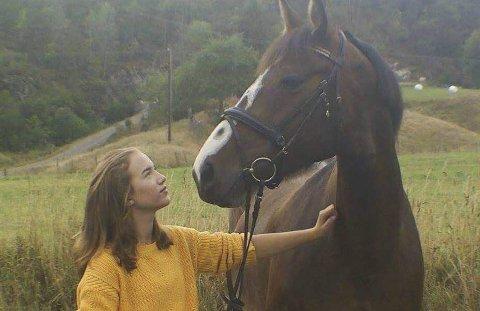 Vant: Nora Alice Blom-Ulven vant nylig en konkurranse i Arendal og Grimstad rideklubb. Foto: Privat