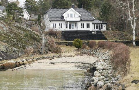 Egen strand?: Flere har undret seg over hvordan eiendommen på Kalven på Borøya har blitt solgt inn på Finn.no. Sandstranda det refereres til er nemlig regulert som friområdet og offentlig badeplass. Nå vurderer kommunen å sette opp skilt langs Kalvenveien.