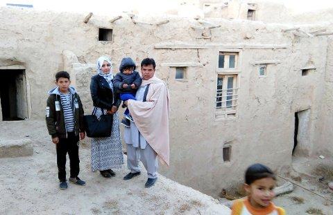Familien til Ali Reza utenfor stedet de oppholder seg i Kabul nå. Foto sendt med far Ahmad Najibs mobil.