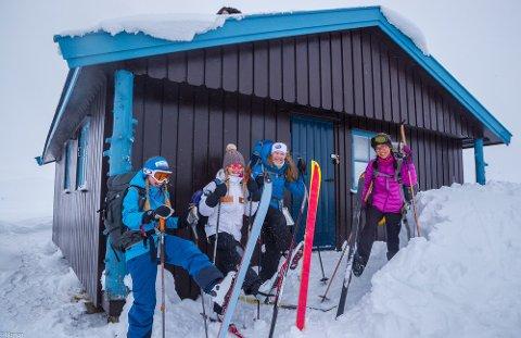 På tur: Leah Emilie Hannesdottir, Stine Bergum, Sunniva Bakkene Myhre og Linn Therese Helgesen på tur med DNT Ung.