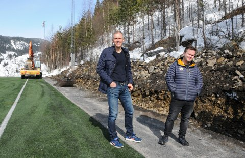 Godt i gang: Styreleder i Fagernes Idrettspark Drift, Geir Helge Skattebo (t.v.), mener at anleggsarbeidene skal være ferdig om tre uker. T.h. Tony Andre Strande.