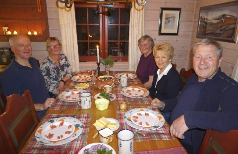 RAKFISKLAG: Harald (tv), Gro, Inger Marie, Sigrid og Bjørn kunne kose seg med velsmakende mat og ditto drikke denne lørdagskvelden under festivalen i fjor.