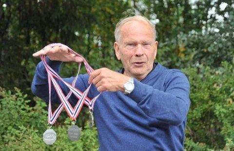 TREGANGERSØLV:Terje Gunnar Nielsen med medaljene fra NM i fluekasting i Vestfossen.