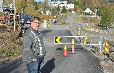 STOPPUNKT:Arnt Kristoffersen (H) mener det må kunne åpnes for biler og lages en smal gangvei for skoleelver der sikringsgjerdet står nederst i Birkelundveien.