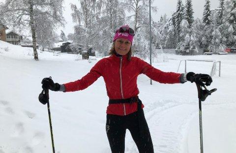 KLARFORLABBETUR:Kristine Gjelsvik Rønningen klar for skitur ut fra skistua på Sørli mandag formiddag.