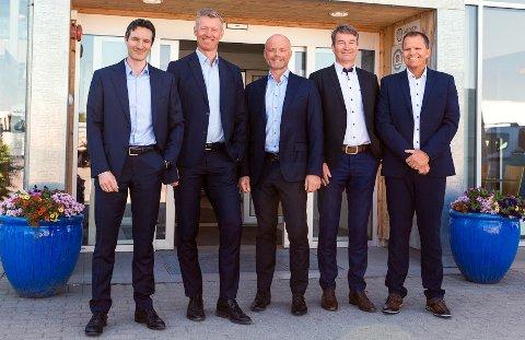BIL-SERVICE PERSONBILER, VOLMAX OG BILSPITEN GÅR SAMMEN: Her er lederne i det nye Cognia-konsernet: F.v. Nils Fredriksen, finansdirektør, Grant T. Larsen, konsernsjef, Marius Spiten-Nysæter, direktør strategi og forretningsutvikling, Dag Liverød, adm. dir. Bil-Service, og Petter Haakestad, leder for eiendom.