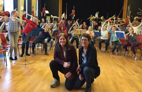 Klare: Bente Haugland og Anne Rikke Antonsen med femteklassekorpset i bakgrunnen. Foto: Ann-Turi Ford