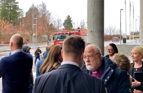 Tangenten: Biskop Atle Sommerfeldt fikk seg en liten luftetur da brannalarmen i Tangenten ble aktivtert tirsdag. Her er han i samtale med ordfører Truls Wickholm. Foto: Ann-Turi Ford