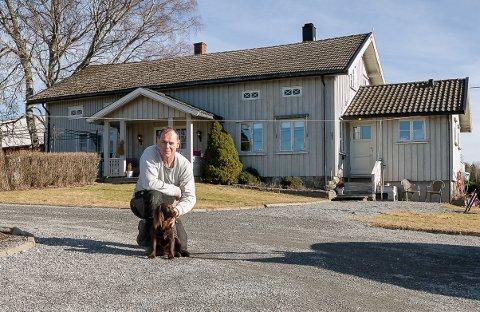 Basen: Det er her i våningshuset på Søndre Berg, der Hans Kristian bor med sin samboer Marit og døtrene Mia og Thea og bikkja Ronja, at han har sitt hjemmekontor og utøver en del av ordførergjerningen, selv om han stadig daglig er å se i rådhuset under kriseledelsen. Alle foto: Staale Reier Guttormsen