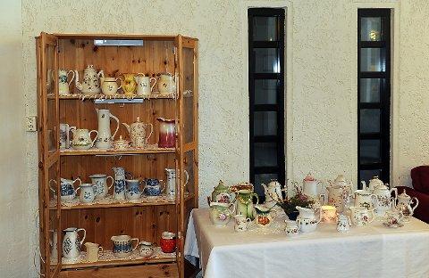 Utstilling av innsamlede mugger og kanner fra Bygdekvinnelaget.