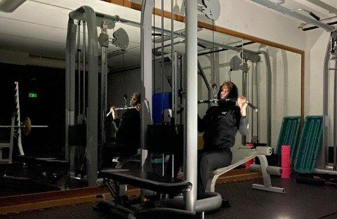 AVSLUTTET I LOMMELYKTLYS: Magnus Tørhaug Brevad måtte avslutte dagens treningsøkt på Kviktrim i lommelyktlys etter at Kvikne igjen er rammet av et strømbrudd.