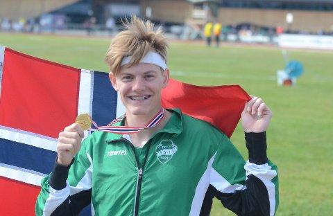 ENDELIG GULL: Ole Jacob Høsteland (17) kan juble etter seier på 800 meter i UM, NM for yngre.