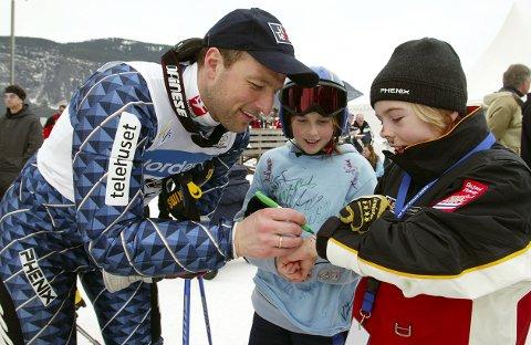 MØTTE EN AV HELTENE: I 2003 var den da 10 år gamle Aleksander Aamodt Kilde (t.h.) på Hafjell. Da møtte han verdensmester Tom Stiansen fra Asker. Signe Bjørnsgaard fulgte spent med.