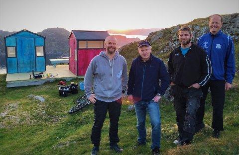 SMÅ HYTTER: Frode Johannessen (Hågåsens Venner), Svein Harald Olsen (skolen), Jahn Ove Hammersmark Tønnessen (HV) og Steinar Johannessen er glade for at Små Hytter-prosjektet fortsetter.