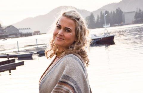 EN GOD HAVN: – Når jeg setter meg i båten og tøffer ut med familien med en stor termos kaffe, og snekka kommer i den dype bassfrekvensen, da er jeg virkelig hjemme, sier Helene Bøksle, som feirer jul i Flekkefjord.